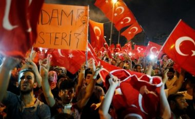 Fshesa Erdogan: Mbyllen 130 media dhe shkarkohen 2400 ushtarë e oficerë