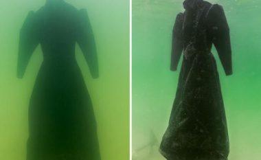 Lë fustanin në det për dy vjet dhe krijon një kryevepër kristali (Foto)