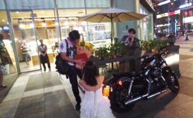 I propozoi martesë të dashurit duke i dhuruar motoçikletë dhe banesë (Foto)