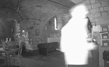 """""""Fantazma"""" filmohet duke ecur nëpër restorant (Foto/Video)"""