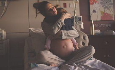 Fotoja që po pushton internetin: Nëna duke përqafuar fëmijën e parë para se të lindë tjetrin