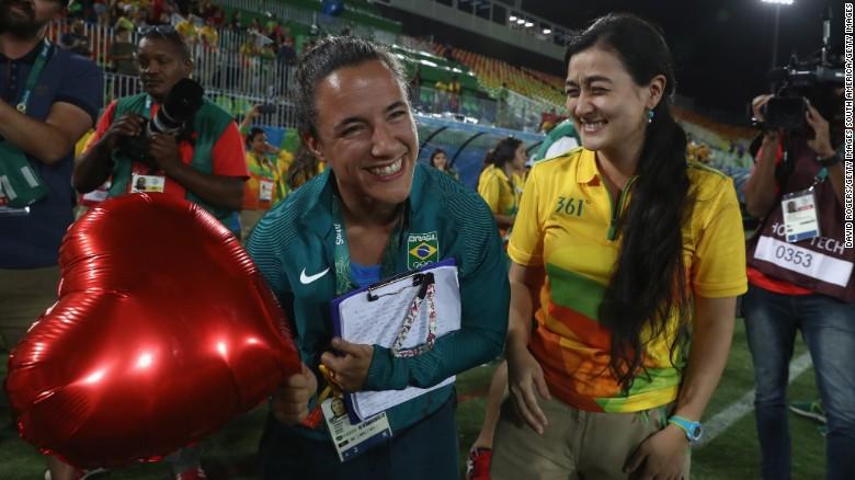 160809124444-brazil-marriage-proposal-olympics-4-exlarge-169