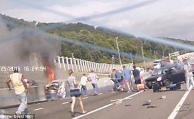 Shikoni momentin kur qytetarët rrezikojnë jetën, për ta shpëtuar gruan që kishte ngecur në veturën e përfshirë nga flaka (Foto/Video)
