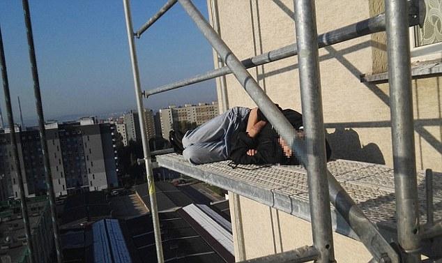 E dehura u ngjit në katin e 11 te dhe ka fjetur ne skele foto 2