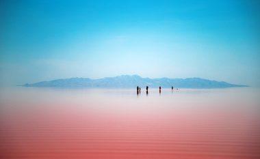 Liqeni me ujë të njelmët, brenda natës merr ngjyrën e kuqe (Foto)