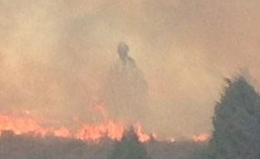 Në malin që ishte përfshirë nga flakët, shfaqet 'engjëlli mbrojtës i zjarrfikësve' (Foto)