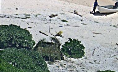 Shpëtuan pas 7 ditë qëndrimi në vendin e pabanuar, shkruan 'SOS' në rërë (Foto)
