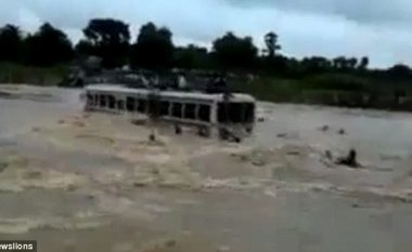 Rruga e vërshuar nga uji, rrëmben autobusin me 70 udhëtarë (Video)