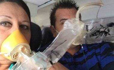 Udhëtarët e tmerruar, shikojnë me frikë shkatërrimin e pjesëve të aeroplanit (Foto)