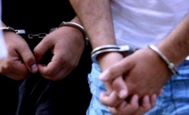 E godasin viktimën me kondak të armës, arrestohen dy persona