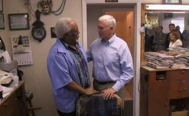 """""""Emri juaj është?"""": Berberi nuk e kishte idenë se po qethte kandidatin për zëvendëspresident të SHBA-ve (Video)"""