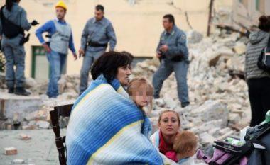 Familja shqiptare tek rrënojat e tërmetit në Itali (Foto)