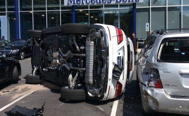 Përplasi veturën, vetëm gjashtë sekonda pasi e kishte blerë (Foto)