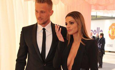 Ish-portieri i Unitedit i jep fund martesës me modelen shqiptare