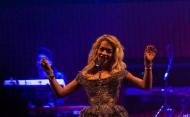 Rita Ora këndon solo në ditën e Shenjtërimit të Nënë Terezës