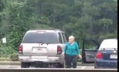 Plaka nuk e dinte se po e incizonin – tani e gjithë bota flet se çfarë bëri ajo në parking! (Video)