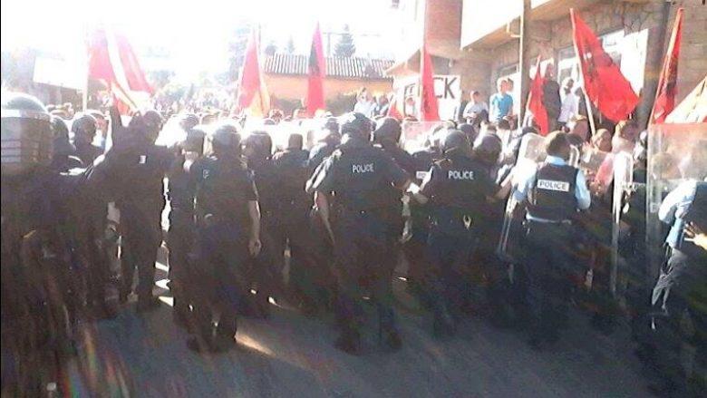 Banorët e Mushtishtit bllokojnë rrugën, nuk lejojnë kthimin e serbëve