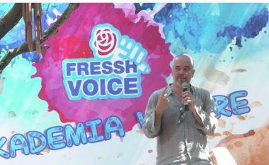Rama kullon djersë para të rinjve - dhe miza që i vjen rrotull mikrofonit (Video)