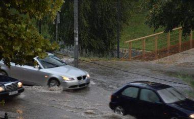 Reshje të dendura në Tiranë, vështirësohet qarkullimi rrugor (Video)