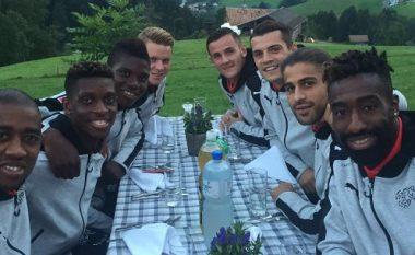 Xhaka dhe Behrami darkojnë me djemtë e Zvicrës (Foto)