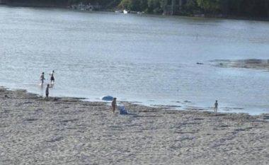Çifti shqiptar nudo në plazhin publik, italianët i zënë me shpulla