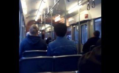 """Grindje mes dy grave në tramvaj, udhëtarët tjerë bëjnë """"tifozllëk""""! (Video)"""