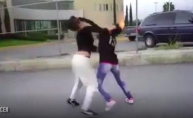 Dy vajza masakrojnë njëra-tjetrën në mes të rrugës (Video)