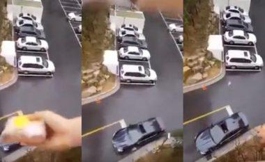 Duke u nisur për në punë harron ushqimin që ia kishte përgatitur gruaja, por kur ajo ia gjuan nga ballkoni i apartamentit ndodh diçka interesante (Video)