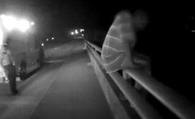 Ishte i gatshëm të hidhet nga ura, por kur polici i bëri një pyetje gjithçka ndryshoi (Video)