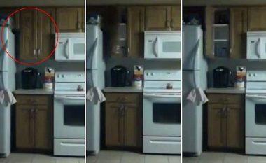 Vendosë kamerë në kuzhinë dhe zbulon diçka të çuditshme (Video)