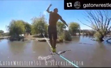 Trimëri apo çmenduri: Ecë në litar mbi lumin plotë krokodilë (Video)