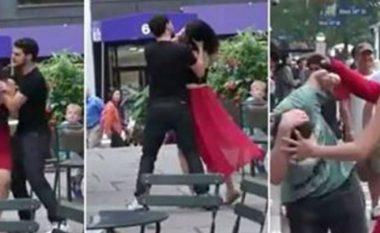 Djali rreh vajzën në mes të qytetit dhe bëhet nami, por shikoni çfarë ndodh kur rrihet një mashkull (Video)