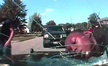 Polici thyen xhamin e veturës me kokën e të riut me ngjyrë që e kishte prangosur (Video)