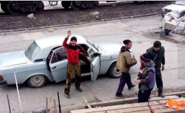 """Çudira ruse: Brigada e 17 punëtorëve, të """"paketuar"""" në një veturë! (Video)"""