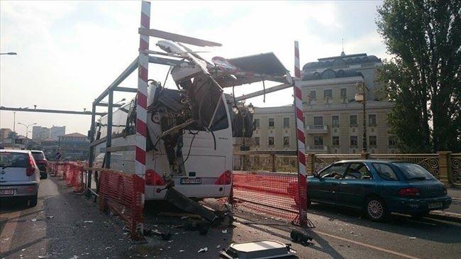 Autobusi futet ne gardhin ne Shkup