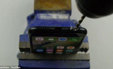 Binden nga një mashtrues, shkatërrojnë iPhone 7 duke i shpuar me turjelë (Video)