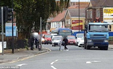 Bllokuan trafikun për pesë minuta, duke u 'rrahur' pa hedhur asnjë grusht të vetëm (Video)