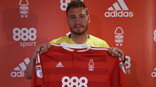 Bendtner gjatë prezantimit te Nottingham Forest.