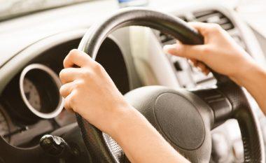 E ndaluara për vozitje të dehur, flirton dhe kërkon t'i bëhet një fotografi më e mirë (Video)