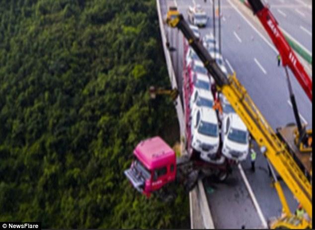 Kamioni që po i transportonte mbi 20 vetura humbi kontrollin dhe mbeti i kacavjerrë në urë foto 2