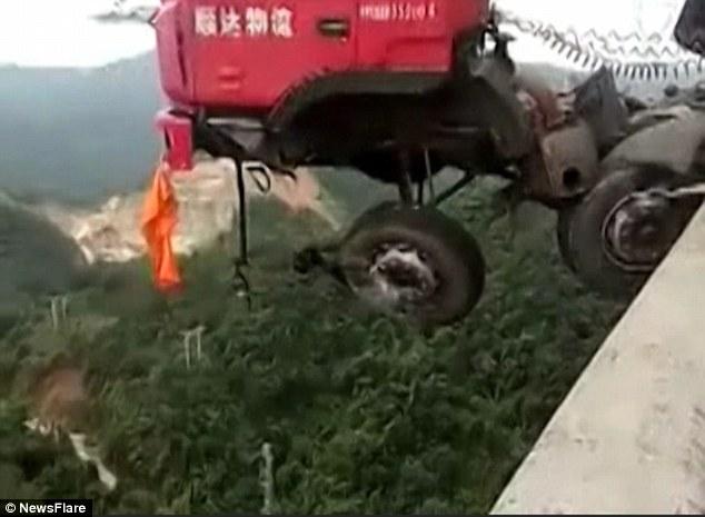 Kamioni që po i transportonte mbi 20 vetura humbi kontrollin dhe mbeti i kacavjerrë në urë foto 3
