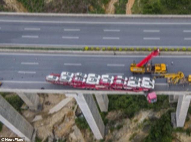 Kamioni që po i transportonte mbi 20 vetura humbi kontrollin dhe mbeti i kacavjerrë në urë foto 4