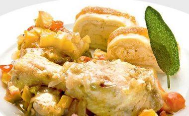 Kofshë pule të pjekura, me perime dhe mollë