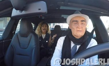 Komediani tmerron pasagjerët, duke u paraqitur si taksist i pakujdesshëm (Video)
