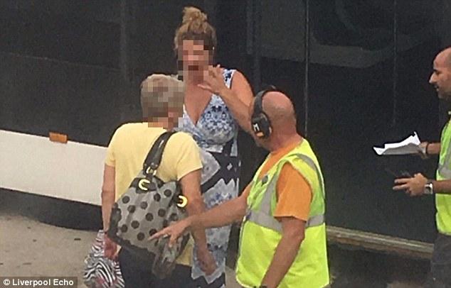 Përjashtohet nga aeroplani gruaja qe shante udhetaret dhe rrihte nenen foto 2