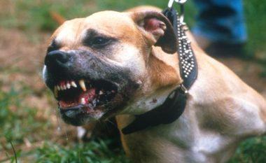 Polici shpëton një burrë nga qentë e tërbuar (Video)