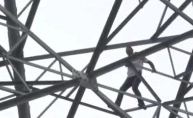 Refuzohet nga femra e ëndrrave, kërcënon se do të hidhet nga shtylla e lartë (Video)