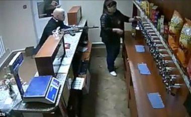 """Me """"kallashnikov"""" për të vjedhur birrë: Ballafaqimi i shitëses fatkeqe, me burrin e """"armatosur"""" (Video)"""