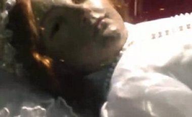 Vajza e vdekur para 300 vitesh hapi sytë para turistëve (Video)