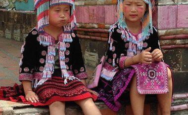 Vogëlushet me veshje tradicionale, vjedhin nga turistët me të cilët fotografohen (Foto)